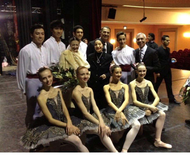 Alicia Alonso with ABT JKO School Students, Carla Fracci, Franco De Vita and Raymond Lukens, in Rome, Italy. Photo courtesy of Franco De Vita.